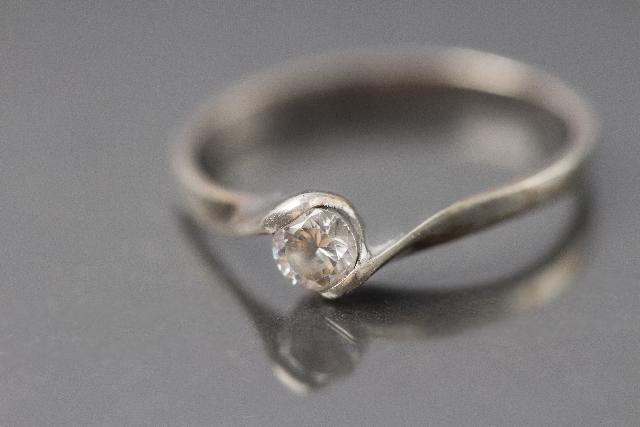結婚式に婚約指輪をつけて出席しても問題ない?その理由を解説!