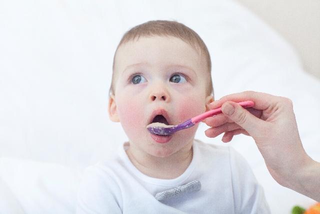 離乳食を始める時期は6ヶ月だと遅い?早い?ママの不安を解決!