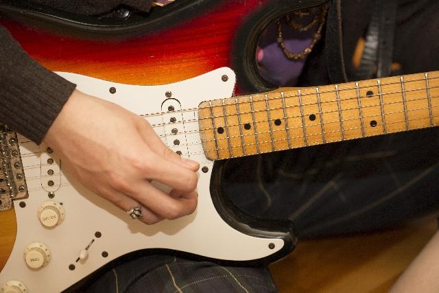 ギターのノイズ防止のためのミュートについて詳しく解説!